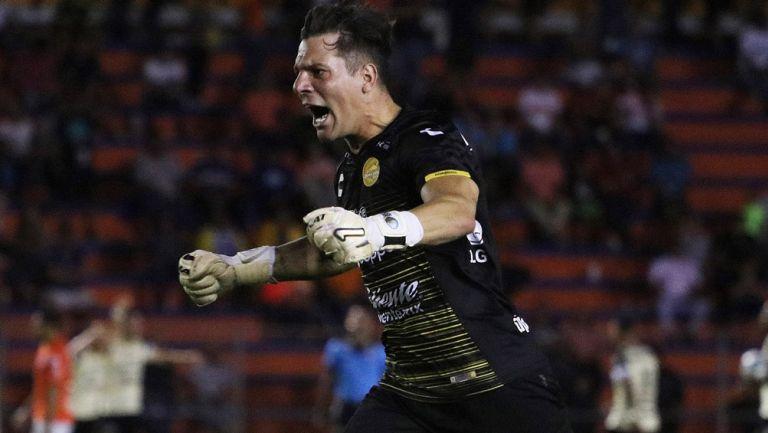 Gaspar Servio celebra un tanto de Dorados