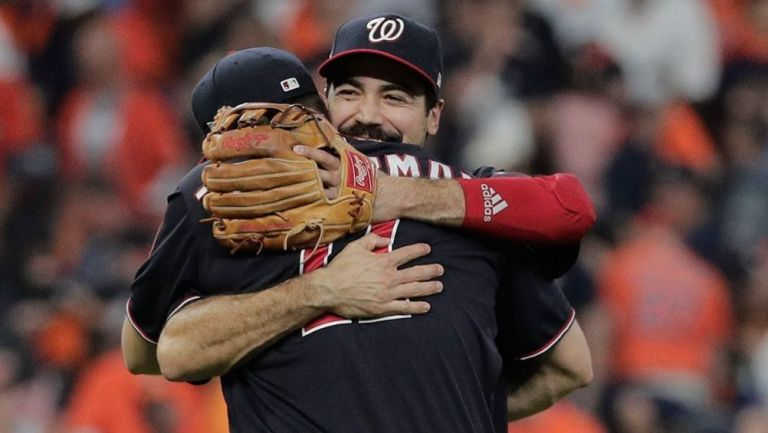 Anthony Rendón y  Ryan Zimmerman festejan al final del partido