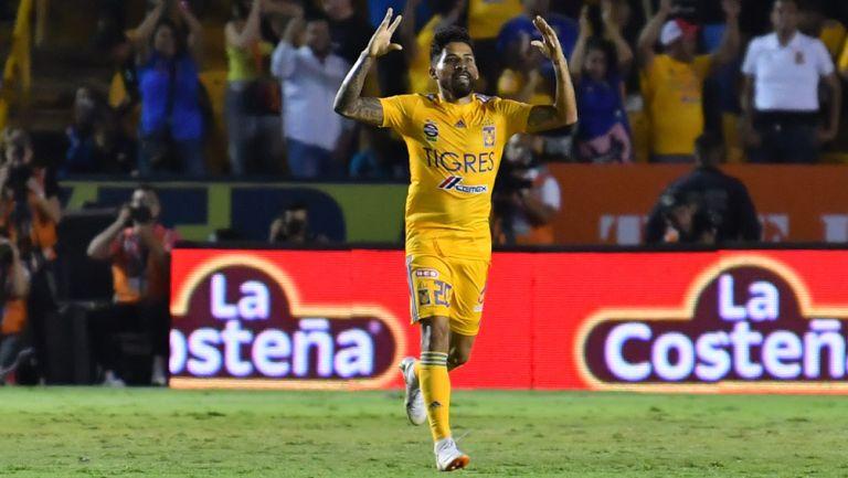 Javier Aquino celebra una anotación con Tigres