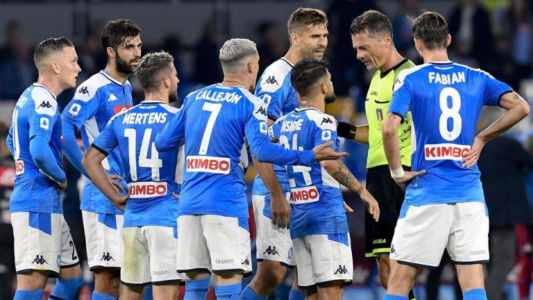 Jugadores de Napoli reclaman una decisión al silbante