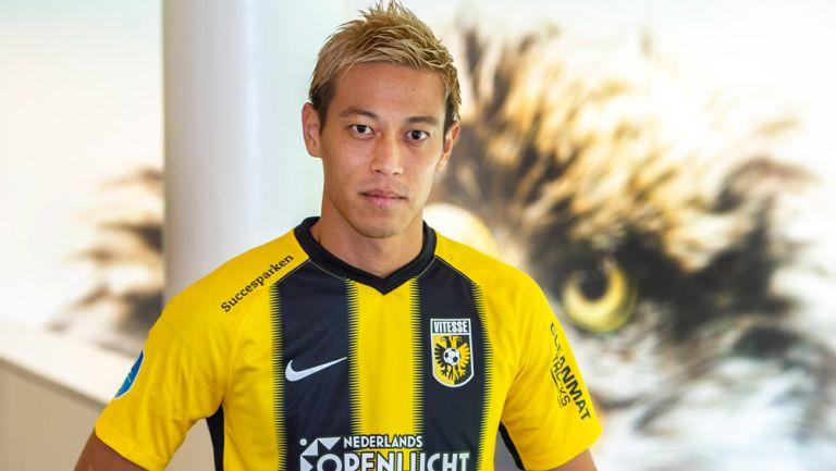 Keisuke Honda posa con la camiseta del Vitesse
