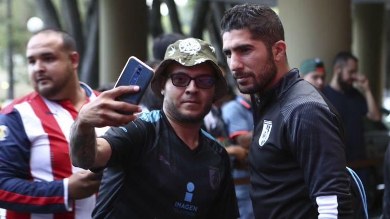 Jair Pereira atiende a los aficionados