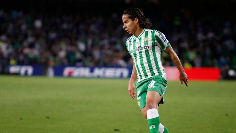 Diego Lainez en partido con el Betis