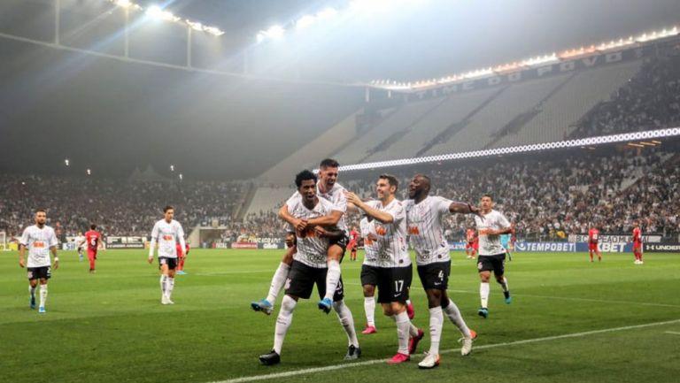 Jugadores del Corinthians festeja gol