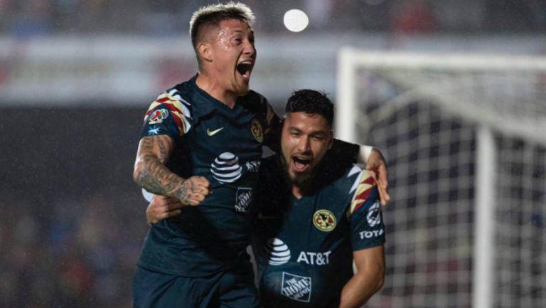 Nicolás Castillo celebrando su anotación con Bruno Valdez