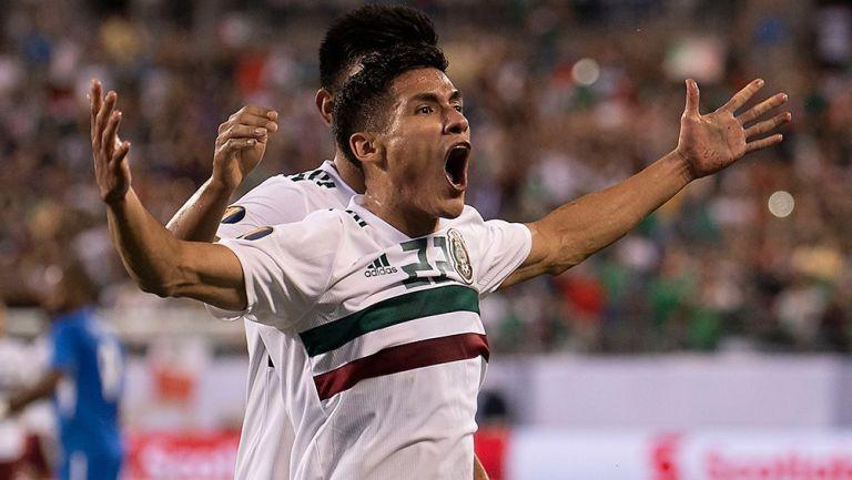 Uriel Antuna festeja un gol con Selección Mexicana