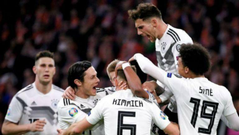 Jugadores de Alemania celebran un gol contra Holanda
