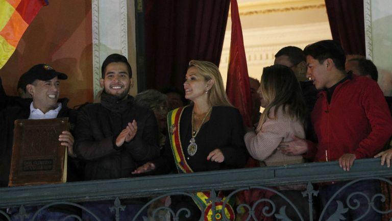 Jeanine Áñez portando la banda presidencial minutos después de autoproclamarse presidenta interina de Bolivia