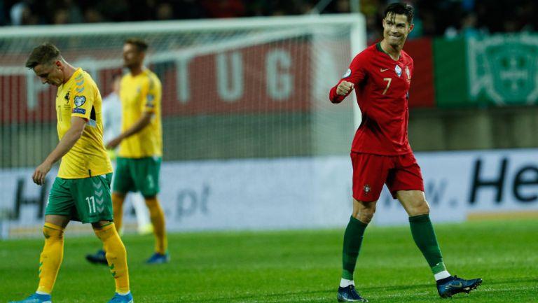 Cristiano festeja uno de sus tres tantos ante los lituanos