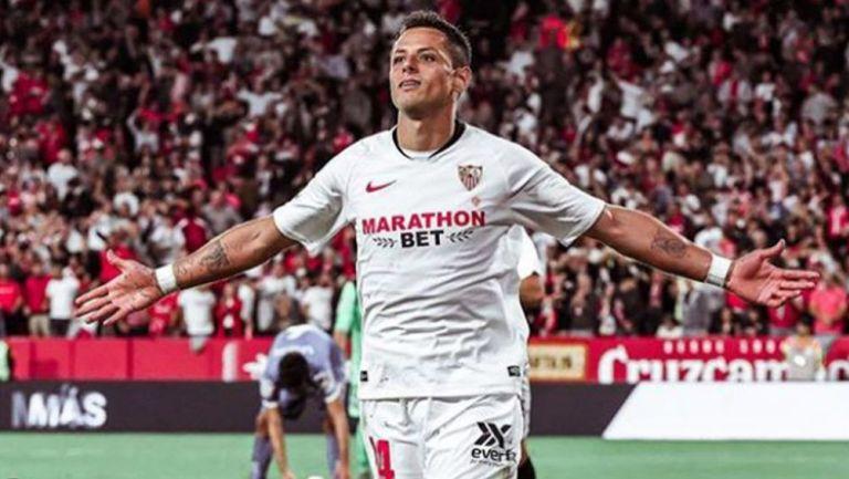 Chicharito Hernández festeja un gol con el Sevilla
