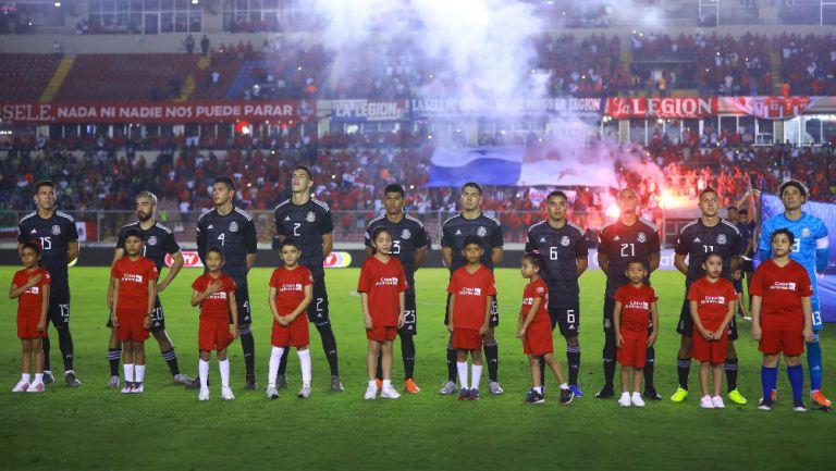 Selección Mexicana durante el minuto de silencio ante Panamá