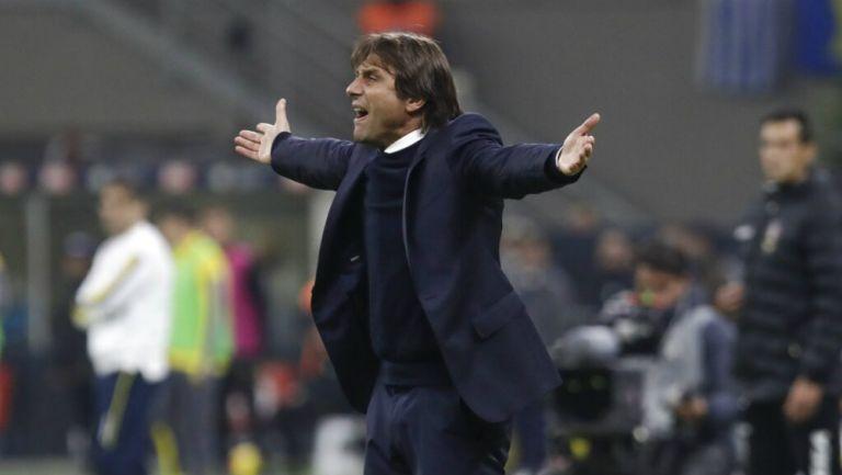 Antonio Conte reclama una acción durante un juego