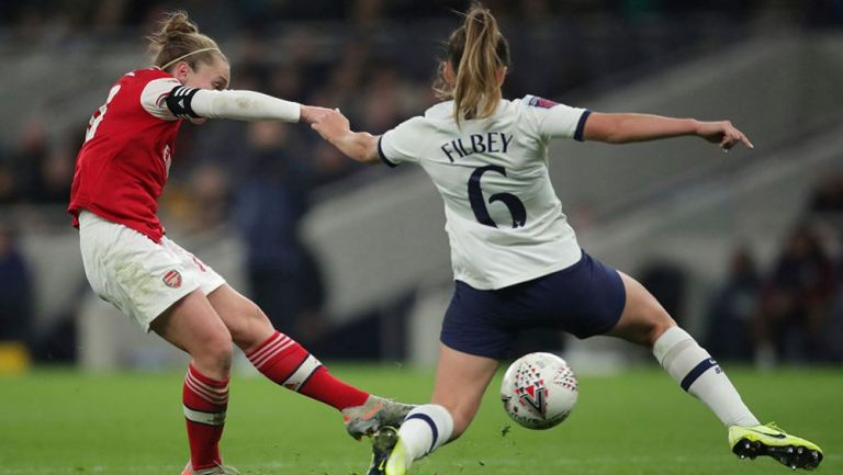 Kim Little disputa un balón con Filbey