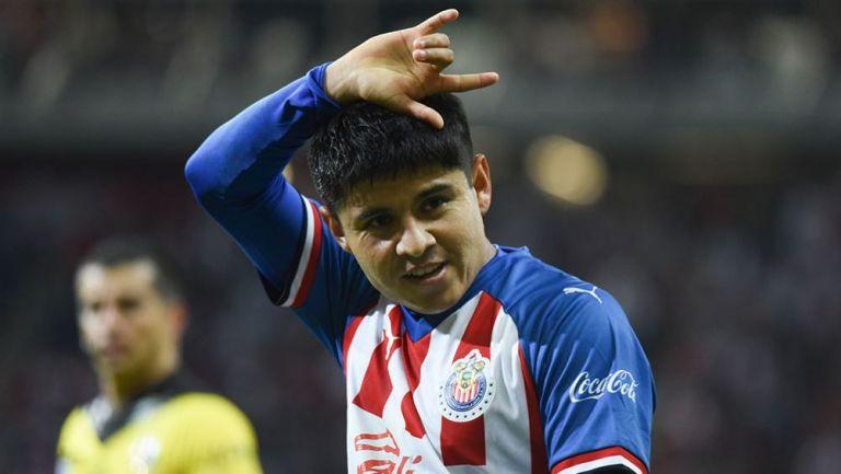 Chofis López festeja un gol con las Chivas