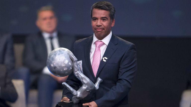 Pável Pardo en la ceremonia del Salón de la Fama del futbol mexicano