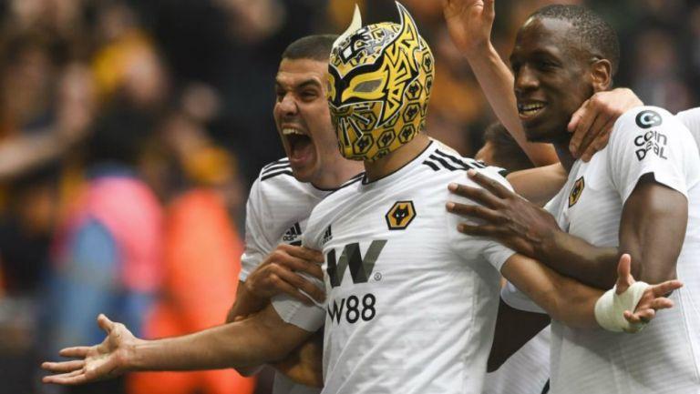 Raúl Jiménez festeja un gol con máscara