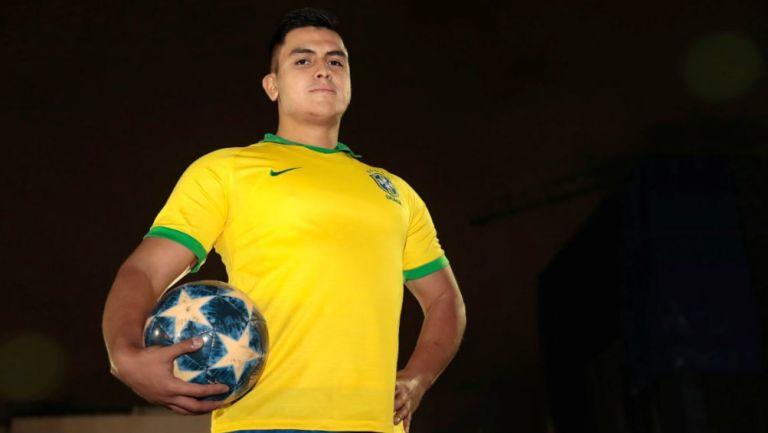 Luis Felipe posa con su uniforme y el balón
