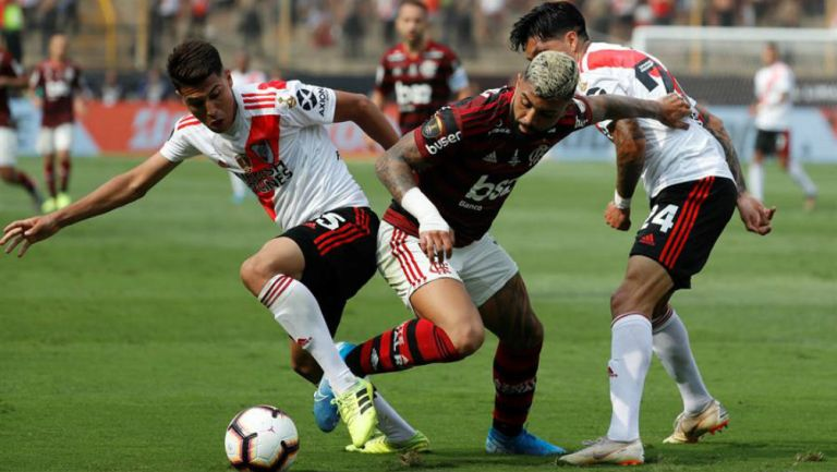 Gabriel Barbosa lucha por la redonda en Final de Copa Libertadores