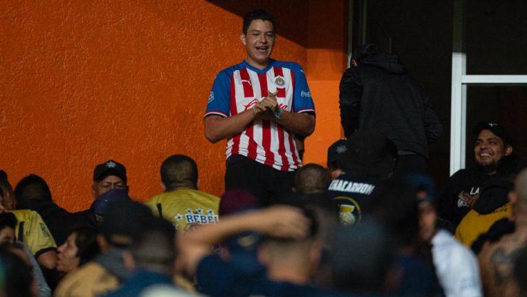El aficionado de Chivas antes de ser golpeado por La Rebel