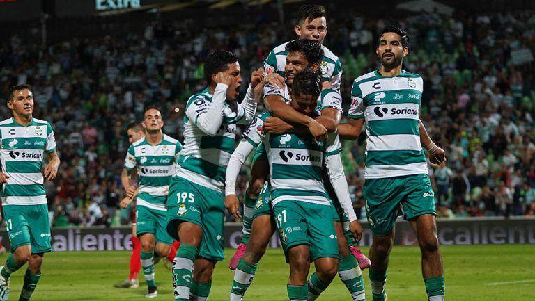 Jugadores de Santos celebran un gol