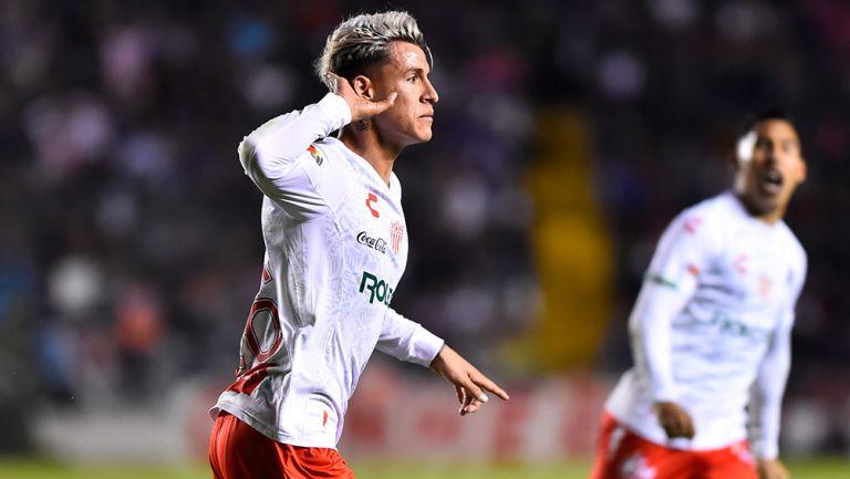 Cristian Calderón celebra un gol con Necaxa