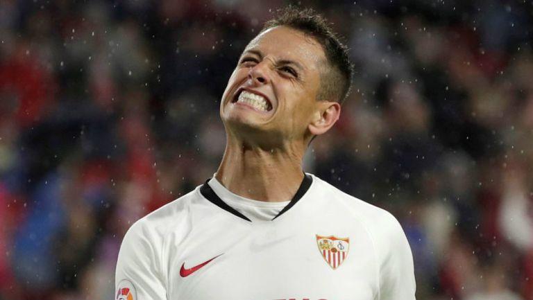 Javier Hernández lamentando una falla con Sevilla
