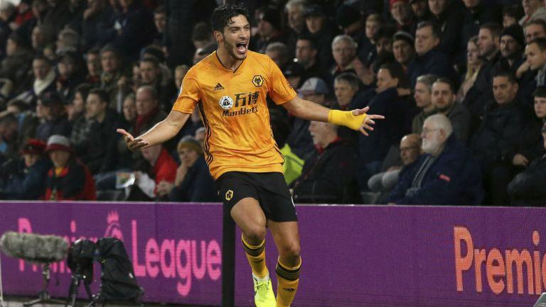 Raúl Jiménez celebrando un gol con los Wolves