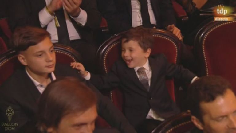 Mateo Messi celebrando el galardón de su padre