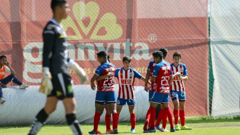 Jugadores de Chivas Sub 17 festejan una anotación