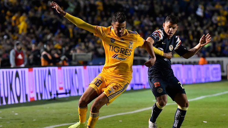 Richard Sánchez y Diego Reyes pelean por el esférico