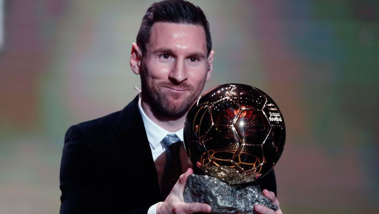 Messi muestra su sexto Balón de Oro