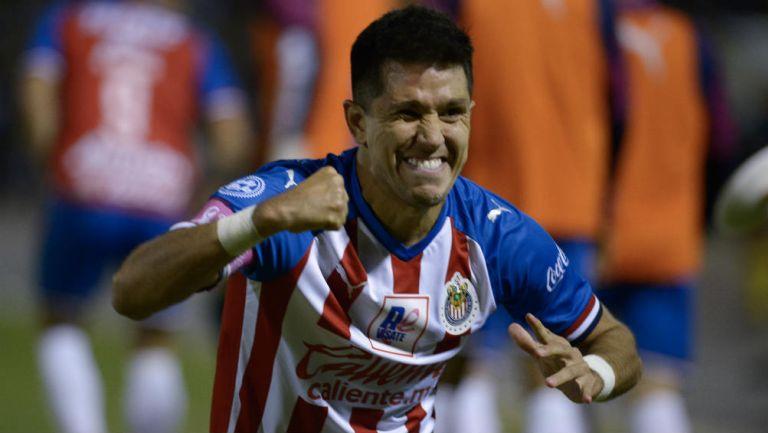 Jesús Molina festeja un gol con Chivas
