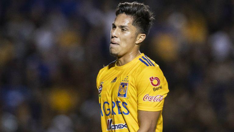 Carlos Salcedo se lamenta durante el juego vs América