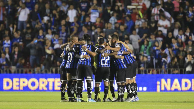 Jugadores del Querétaro previo al partido ante Necaxa