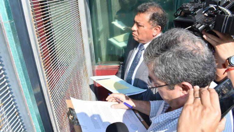 Autoridades en la entrada del Luis Pirata Fuente para notificar la desafiliación del Veracruz