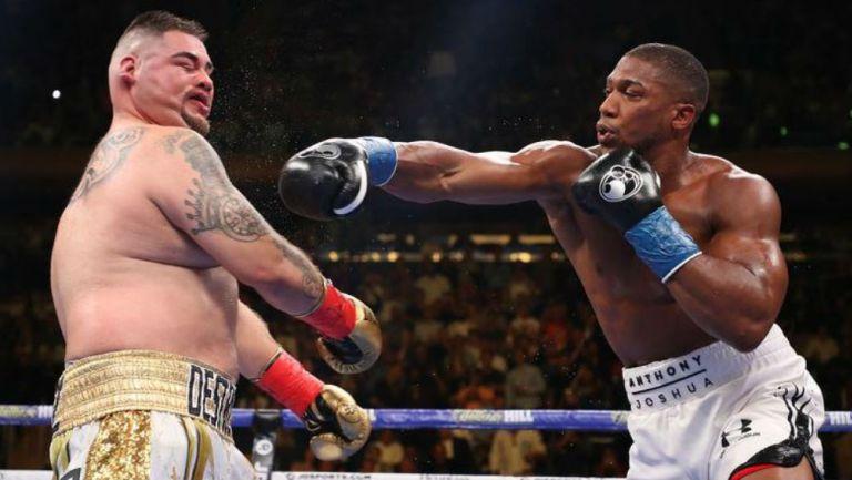 Ruiz recibe el impacto de Joshua en la primera pelea