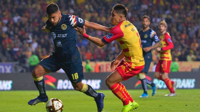 Bruno Valdez disputa un balón con Efrain Velarde