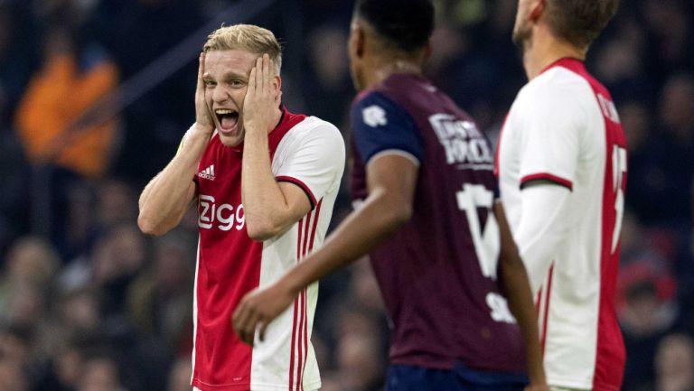 Van de Beek lamentando una falla con Ajax