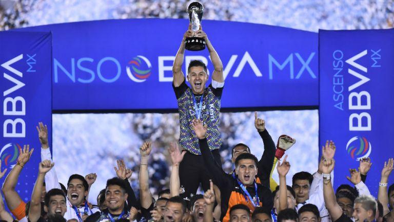 Arturo Ledesma, capitán de Alebrijes, en festejo con el trofeo de campeón
