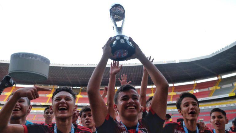 Jugadores de Atlas sub 15 levantando el trofeo de campeón