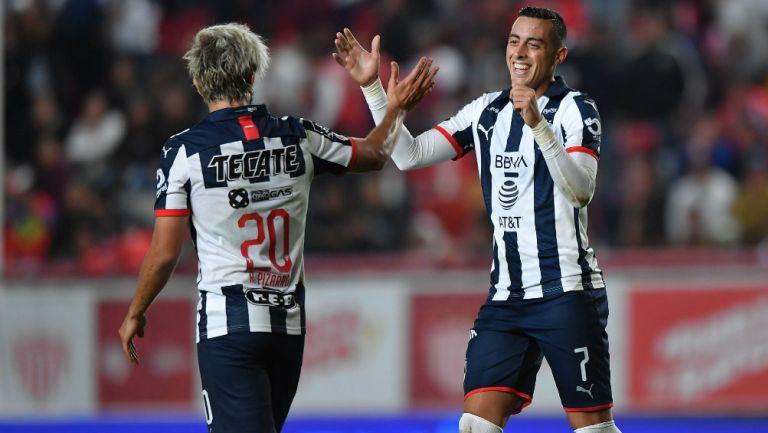Rodolfo Pizarro y Rogelio Funes Mori festejan un gol