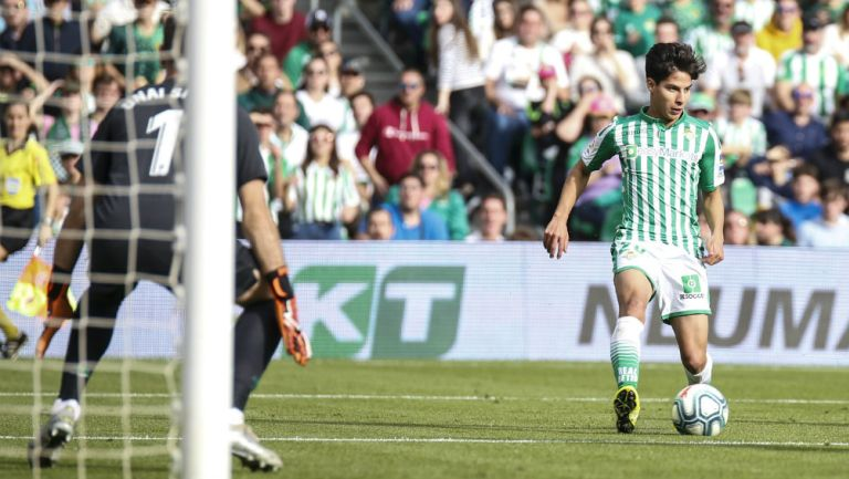 Diego Lainez con el balón en un partido del Real Betis