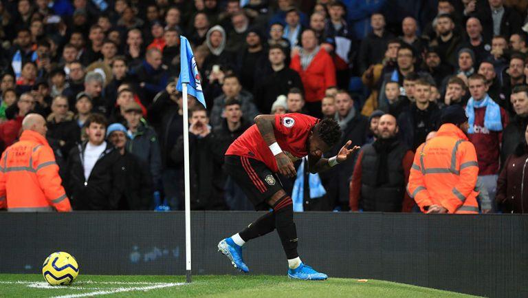 Fred recibe botellazo de la afición de Manchester City