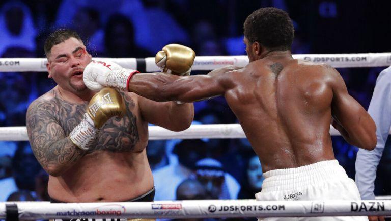 Andy Ruiz es impactado por un golpe de Anthony Joshua