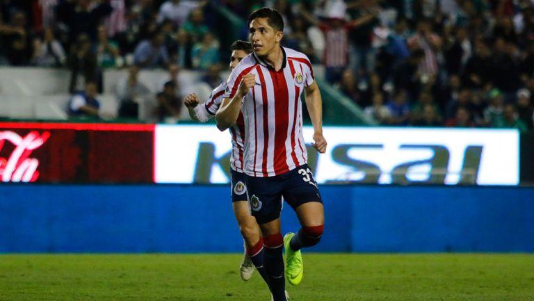 Alan Cervantes en un partido con Chivas