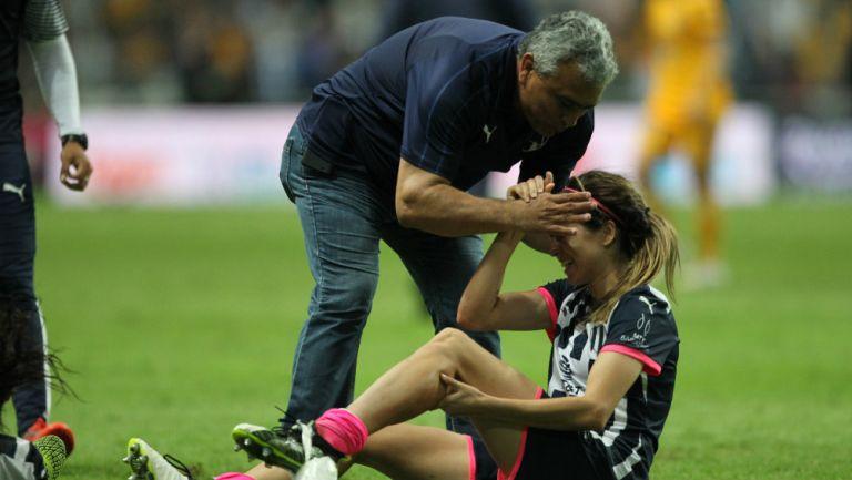 Héctor Becerra felicitando a Daniela Solís
