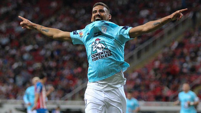 Franco Jara celebra su gol contra Chivas