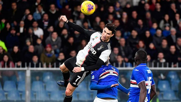 Cristiano Ronaldo salta para anotar el gol del triunfo