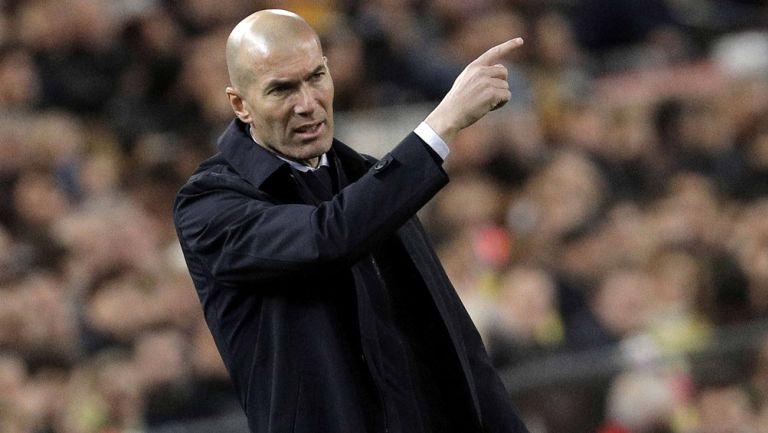 Zidane da indicaciones en el Clásico Español
