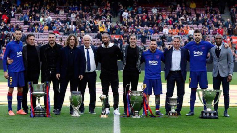 Jugadores posan con los seis trofeos del Barcelona